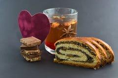 Te bakad rulle, mjölkar choklad, sammethjärta, valentintema Royaltyfri Fotografi