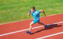 Te bewegen impuls zich De atleet stelt achtergrond van het stadion de groene gras in werking De motie van het het levens niet ein stock foto's
