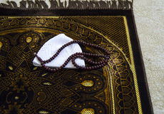 Te bidden, te bidden islam en gebed en het tapijt van de gebeddeken, royalty-vrije stock afbeeldingen
