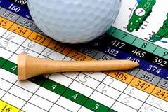 Te, bola y tarjeta de puntuación de golf Imágenes de archivo libres de regalías