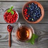 Te för blåbär och för lös jordgubbe och frukt arkivbild