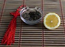 Te för förberedelse av drinken och snittcitronen Royaltyfri Bild
