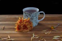 Te för frukost med blommor arkivbild