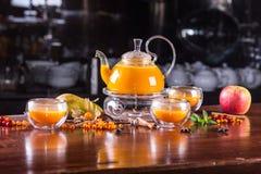Te för havsbuckthorn i ett exponeringsglas arkivfoto