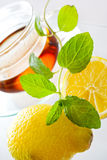 Te för ny mintkaramell i den glass koppen Arkivfoton