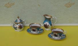 Te för två, engelska tekoppar med tefat, sockerbunke och krämtillbringare, fint benporslinporslin royaltyfri fotografi