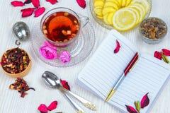 Te fruktte, kopp te, olika sorter av te, te på tabellen Arkivfoto