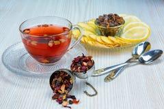 Te fruktte, kopp te, olika sorter av te, te på tabellen Fotografering för Bildbyråer