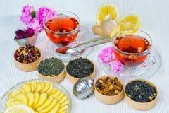Te fruktte, kopp te, olika sorter av te, te på tabellen Arkivbild