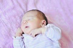 Te grappig pasgeboren meisje Royalty-vrije Stock Afbeeldingen