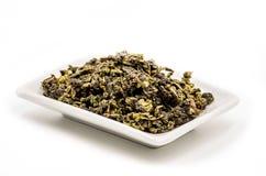 te guan yin herbaciani liście na prostokątnym bielu talerzu Zdjęcia Royalty Free