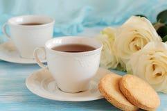 Te i eleganta porslinkoppar och mördegskaka Fotografering för Bildbyråer