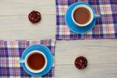 Te i en blå kopp Arkivfoto