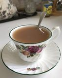 Te i en porslinkopp arkivfoton