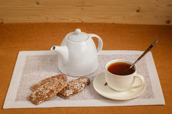 Te i en vit bunke med bröd-cirklar Arkivbild