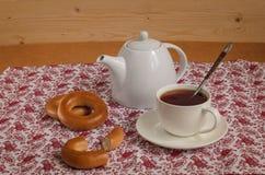 Te i en vit bunke med bröd-cirklar Arkivbilder