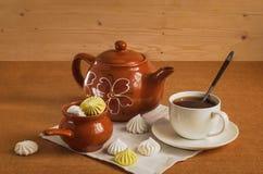 Te i en vit bunke med bröd-cirklar Fotografering för Bildbyråer