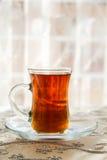 Te i ett traditionellt turkiskt exponeringsglas Arkivbild