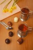 Te i exponeringsglas och choklader Royaltyfria Foton