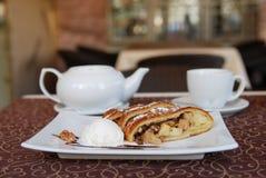 Te i kafé med äpplestrudel Royaltyfri Bild