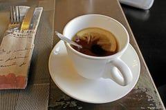 Te i rånar med en tesked och en citron arkivbilder