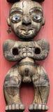 Te Kawerau Mak antenata rzeźba na Maoryjskim totemu słupie obrazy stock