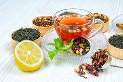 Te kopp te, olika sorter av te, te på tabellen Fotografering för Bildbyråer