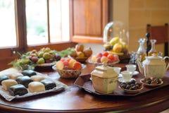 Te, koppar och sötsaker Arkivfoto