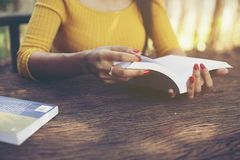 Te lezen de holdingsboek van de vrouwenhand stock afbeeldingen
