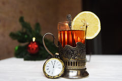 Te med citronen i min kopphållare med skeden Royaltyfria Bilder