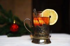 Te med citronen i min kopphållare med skeden Royaltyfri Foto
