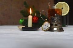 Te med citronen i min kopphållare med skeden Arkivbild