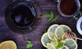 Te med citronen och mintkaramellen i natur En kopp av varmt mintkaramellte med le Royaltyfri Foto
