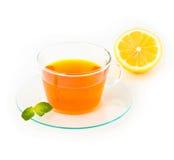 Te med citronen och mintkaramellen på vit bakgrund Arkivbilder