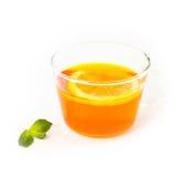 Te med citronen och mintkaramellen på vit bakgrund Arkivfoton