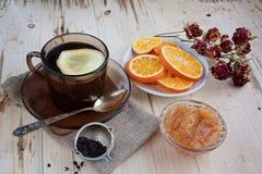 Te med citronen och sol-torkade apelsiner Royaltyfri Bild