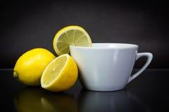 Te med citronen på svart Fotografering för Bildbyråer