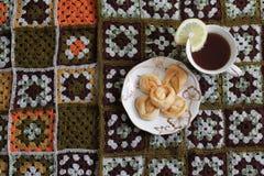 Te med en citron och nya bakelser Royaltyfria Foton