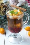 Te med frukt och kanel Arkivbild