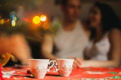 Te med honung på jultabellen arkivbilder