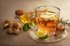Te med ingefäran med limefrukt och den rå ingefäran arkivfoton