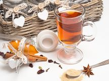 Te med kryddor på den vita bakgrunden Royaltyfri Bild