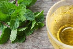Te med mintkaramellen på trä Arkivfoton