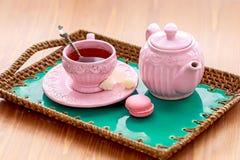 Te med rosa makrondata och vaggar sockernabot Royaltyfri Bild