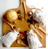 Te och örter i påsar övre sikt Bakgrunden för köket Royaltyfria Foton