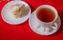 Te och bakelser på en platta Arkivfoto