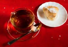 Te och bakelser på en platta Fotografering för Bildbyråer