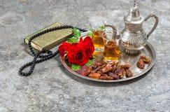 Te och den röda rosen blommar, quranen för den heliga boken och radbandet Islamisk hol Arkivfoton