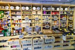 Te och efterrätten shoppar inre Arkivbild