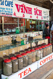 Te och kaffe som är till salu i Dalat, Vietnam Arkivfoton